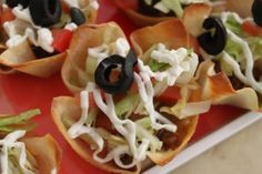 Fully loaded taco bites, uses wonton wrappers and ground turkey. Looks easy and yummy. Yummy Appetizers, Appetizer Recipes, Snack Recipes, Cooking Recipes, Ground Turkey Tacos, Ground Turkey Recipes, Mini Taco Bites, Mini Tacos, Good Food