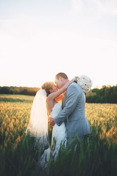 Bride and groom, wedding pictures in the field, wedding photography at sunset, country wedding pictures
