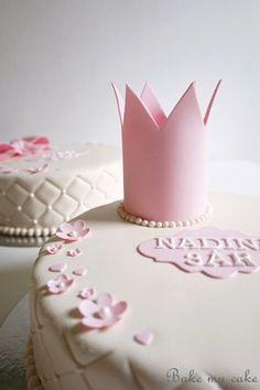 Tårta med prinsesskrona.  Cake with gumpaste crown. www.bakemycake.se