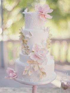 Gorgeous wedding cake // contax 645 | fuji 400h | film | photo by www.romanceweddings.co.uk
