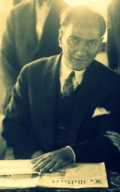 """""""1969 yılının 10 Kasımında Atatürk'ün ölüm yıldönümünde Türk Tarih Kurumu'nda bi anma töreni yapılmıştı. Anma töreninde İsmet Paşa'yla beraberdim. İsmet Paşa, Atatürk'le ilgili anılarını anlatmak için kürsüsüne gelirken salonda müthiş bir gösteri yapıldı ve biri, """"Paşam, sen ikinci Atatürk'sün!"""" diye bağırdı. İnönü, buna cevaben şunları söyledi:  """"Tabiat sizin zannettiğiniz kadar cömert değildir. Atatürk, ancak bin yılda bir kere gelebilecek bir dahidir. Onun ikincisi olmaz.""""  Ali İhsan Göğüş"""