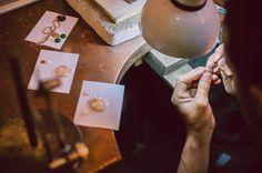 O bijuterie creată manual conține pasiunea, experiența și truda celui care o creează. De aceea, bijuteriile realizate în Atelierele Sabion reușesc să transmită atâtea emoții și sentimente...