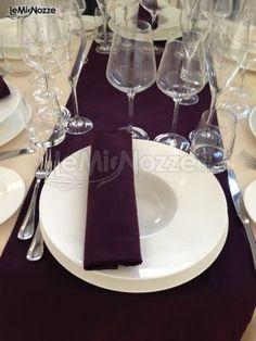 Viola e bianco, i colori di un allestimento elegante: prendi spunto dalle nostre idee >> http://www.lemienozze.it/operatori-matrimonio/catering_e_torte_nuziali/gda-catering/media/foto/19