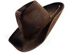 """In C'era una volta il west Henry Fonda dice di non fidarsi di un uomo che porta bretelle e cintura. Certo si tratta di un'opinione, e come dice Clint Eastwood, che dai film di Leone aveva appena sbaraccato, """"Le opinioni sono come le palle, ognuno ha le sue"""" http://piergiuseppecavalli.com/con-i-cappelli-al-vento/#more-565"""