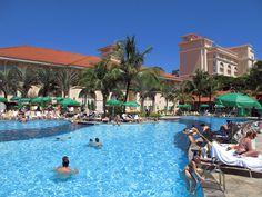 Piscina do The Palms e The Royal Palm Plaza em Campinas, São Paulo, Brasil por Marcio Nel Cimatti do ajanelalaranja.com