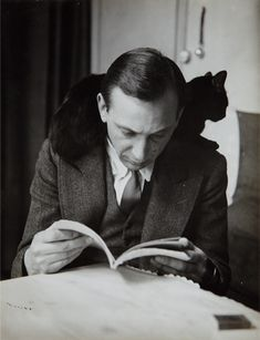 Self-Portrait with chat noir, Paris, Andre Kertesz Andre Kertesz, History Of Photography, Portrait Photography, People Reading, Fotojournalismus, Men With Cats, The Dark Side, Groucho Marx, Photo Chat