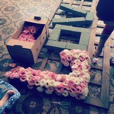 Enquanto produzíamos um LOVE floral o ajudante ficou ali só na boa!! ( viu os pézinhos do Bê no cantinho? )  Paula , to com saudade do seu casamento! O que eu faço??? ❤️❤️❤️❤️