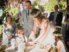 Las bodas civiles suelen ser breves y algo frías, por lo que muchos novios deciden organizar una ceremonia más personal y emotiva después de pasar por el juzgado. ¡Toma nota de esta guía para celebrar una ceremonia a tu gusto!