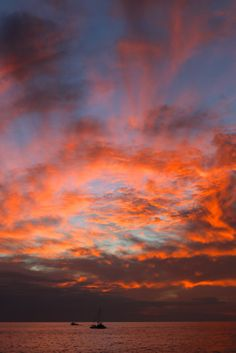 Stunning sunset from Magic Island, Waikiki. ワイキキのマジックアイランドからの夕日。