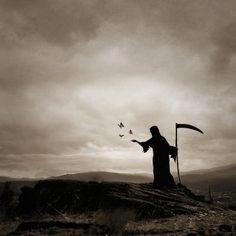 This is basically the only pic of the Grim Reaper that looks pretty. Grim Reaper Art, Don't Fear The Reaper, Angel Demon, Angel Of Death, Memento Mori, Dark Fantasy Art, Dark Art, Jean Rochefort, Arte Obscura