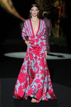 Vestidos de Fiesta Colección Primavera Verano 2020 Hannibal Laguna ✫♦๏༺✿༻☘‿MO Aug ‿❀🎄✫🍃🌹🍃🔷️❁`✿~⊱✿ღ~❥༺✿༻🌺♛༺ ♡⊰~♥⛩⚘☮️❋ Fashion Mode, Party Fashion, Fashion 2020, Look Fashion, Robes Glamour, Elegant Maxi Dress, Types Of Dresses, Spring Dresses, Dress Summer