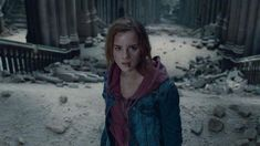 The sweatshirt hoody pink of Hermione Granger (Emma Watson) in Harry Potter and the deathly hallows Part 2 Movie Deathly Hallows Part 2, Harry Potter Deathly Hallows, Harry Potter Facts, Hermione Granger, Draco Malfoy, Severus Snape, Anecdotes Sur Harry Potter, Ron And Harry, Prisoner Of Azkaban