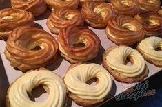 Luxusní vanilkové věnečky se šlehačkou polité čokoládovou polevou | NejRecept.cz Onion Rings, Doughnut, Ethnic Recipes, Food, Essen, Meals, Yemek, Onion Strings, Eten