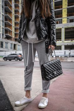 How to style a sweatsuit street style sweatpants outfit, fas Sweatpants Outfit, Hoodie Outfit, Sport Chic, Chic Outfits, Winter Outfits, How To Wear Hoodies, Leggings Negros, Leather Jacket Outfits, Athleisure Outfits
