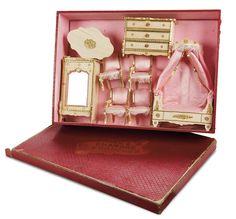 French Miniature Wooden Furnishings in Original Labeled Box cm. Antique Dollhouse, Dollhouse Miniatures, Dollhouse Ideas, Vintage Box, Vintage Dolls, Vintage Stuff, Doll Furniture, Dollhouse Furniture, I Believe In Pink
