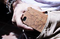 """La cover nutty per iPhone 4/4s in legno di noce, da possedere e toccare, perfettamente levigata e smussata. Per le nodosità e i colori scuri ha una personalità tenace e mascolina, da portare sempre con sé. In questa foto è ulteriormente impreziosita dalla nostra illustrazione """"bird""""."""