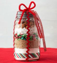 Gift in a Jar: Chocolate-Nut Cookies Recipe. Layers of flour, brown sugar, coconut, chocolate pieces and peanuts appeal to the baker who receives this gift in a jar. Include a cookie scoop for an added touch. Vary the color of candy with the season. Homemade Food Gifts In A Jar, Homemade Christmas Gifts, Homemade Cookies, Tasty Cookies, Handmade Christmas, Holiday Gifts, Mason Jar Meals, Mason Jar Gifts, Mason Jar Diy