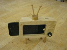 Retro TV Smartphone Dock Want one! Small Woodworking Projects, Wood Projects, Wood Phone Holder, Crafts To Sell, Diy And Crafts, Smartphone, Popsicle Stick Crafts, Wooden Speakers, Wooden Toys