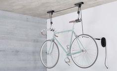 <ul>     <li>Cable con ruedas para fijar al techo; para techos de hasta 4 m</li>     <li>Muy fácil de utilizar para sujetar la bicicleta gracias a su bloqueo antirretroceso</li>     <li>Compatible con todo tipo de bicicletas, también para bicicletas eléctricas de hasta 30 kg</li>     <li>También para bicicletas eléctricas de hasta 30 kg</li>     <li>Ideal para guardar la bicicleta de forma segura y en poco espacio...