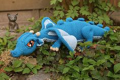 Love the eyes on this dragon. Knit Or Crochet, Crochet Crafts, Crochet Dolls, Yarn Crafts, Fabric Crafts, Crochet Toys Patterns, Loom Patterns, Knitting Patterns, Yarn Projects