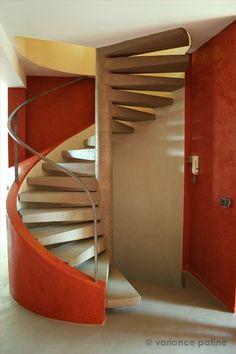 Escalier en colimaçon avec revêtement en béton ciré