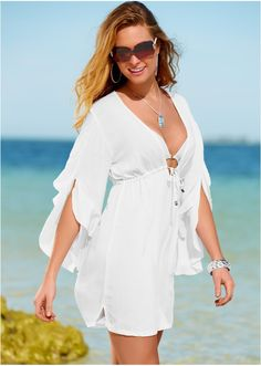 Tunică super feminină, ideal de purtat peste costumul de plajă, realizată dintr-o vîscoză fină, cu cădere lină pe trup. Model care evidenţiază adorabil silueta, prevăzut cu decolteu adânc în V, şnur de strângere sub piept, şliţuri mici pe părţi şi mâneci largi, realizate în stil romantic. Material superior: 100% viscoză
