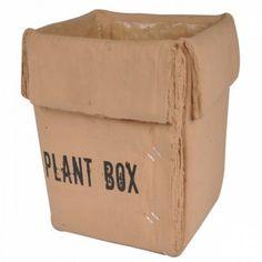 Cachepô produzido em cerâmica imitando ser uma caixa de papelão. E muito bem imitado, digamos! Remetendo descontração e originalidade ao ambiente.  Cachepôs são vasos decorativos destinados à esconder vasos de plantas. - 66,00
