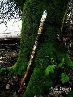 SOLD Magic Crystal Staff Rose Quartz Aventurine par SpinningCastle Plus Wooden Walking Sticks, Walking Sticks And Canes, Wood Sticks, Painted Sticks, Walking Canes, Wizard Staff, Celtic Druids, Witch Wand, Oak Leaves