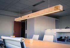De balklamp is een mooie warme eyecatcher met een uniek verhaal over herkomst en ontwerp. Een houten lamp met een hoge kwaliteit LED verlichting geïntegreerd. Met de bijgeleverde afstandsbediening kan de verlichting eenvoudig gedimd worden.  De houten lamp is opgebouwd uit delen die met een authentieke houtverbindingop elkaar aansluiten waarbij houten pennen het op detailniveau compleet maakt. Door onbehandeld hout toe te passen ontstaat een mooie kleurschakering. Op beide kanten van de…