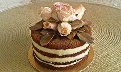 Naked cake natalino com flores naturais e orgânicas e toque de brilho .