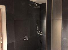 Inloop douche met inbouw kranen van de Italiaanse fabrikant Bongio de T-mix serie tegels 60x60 bluestone Nero
