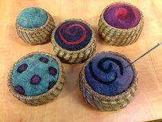 Pine Needle Basket Projects Pine Needle baskets with Felted pin cushions. Pine needle with an agate base and beadwork Pine Nee. Pine Needle Crafts, Basket Drawing, Willow Weaving, Rainy Day Crafts, Pine Needle Baskets, Basket Crafts, Rope Basket, Vintage Sewing Machines, Sewing Baskets