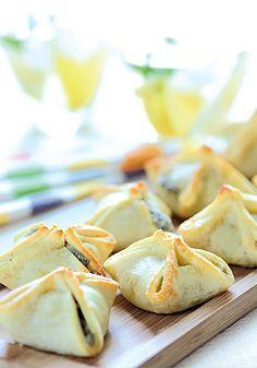 Paquetitos de roquefort y nuez<br> <b>Ingredientes (para 20 unidades):</b> <i>masa: 300 g de harina común; 150 g de manteca; 2 cdas. de queso rallado; 1 yema, sal y pimienta. Relleno: 250 g de queso azul a temperatura ambiente; 3 cdas. de ricota y 20 nueces pequeñas.</i> <b>Preparación:</b> para la masa: desmenuzá la manteca con la harina, condimentá y formá la masa con la y ema y un poco de agua; dejá descansar en la heladera. Relleno:mezclá el queso azul y la ricota, hacé 20 bolitas ...