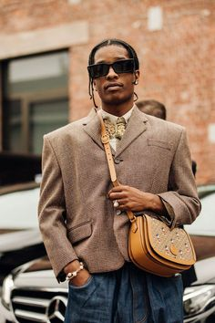 #TREND | Bolsas Transversais (Cross Bag) para Homens – O Cara Fashion Men Street, Street Wear, Portfolio Fashion, Streetwear Mode, Vetement Fashion, Milano Fashion Week, Inspiration Mode, Cool Street Fashion, Mens Fashion