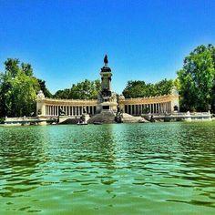 Parque Retiro, Madrid. és un gran parc i molt net i amb gent encantadora llegint, passejant o simplement gaudint del paisatge.