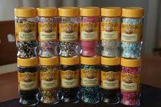Kaikenlaiset strösselit, nonparellit ym koristeet, paitsi ne kovat sokerikuulat. Mielellään jotain vähän erikoisempia kuin ihan normiströsselit ja nonparellit