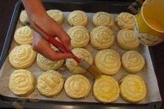 Šneci z kynutého těsta | NejRecept.cz Romanian Desserts, Romanian Food, Jacque Pepin, Sausage, Dessert Recipes, Food And Drink, Dairy, Pudding, Meat