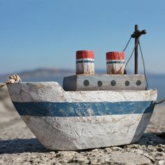 wooden boat driftwood inspiration / sail boats and yachts / gifts and presents/ home decor ideas / /maritime and nautical/ Christmas gift ideas Wooden Canoe, Wooden Ship, Wooden Boats, Driftwood Mirror, Driftwood Crafts, Nautical Christmas, Boat Art, Cottages By The Sea, Beach Crafts