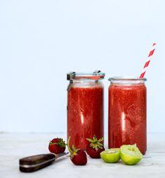 Forfriskende jordbær smoothie med vandmelon og lime. Lækker, svalende og let at lave. Denne smoothie er også fyldt med næringsstoffer