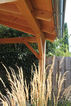 Je gaat een overkapping of schuur op maat bouwen? Bij houthandel Gadero vind je allerlei houten dakbalken. Kies uit Lariks Douglas gordingen, Keteldruk grenen en blank vuren draagbalken tot hardhouten balken. Bestel naast je balkhout ook staanders voor je tuinschuur, terrasoverkapping of ander houtbouw project. Bekijk tevens de pagina balken en regels voor standaard balkhout. #klantfoto #overkapping