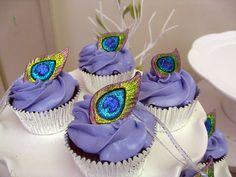 Cupcakes with a peacock feather on top, would be great for wedding or bridal shower Peacock Cupcakes, Peacock Cake, Love Cupcakes, Cupcake Cookies, Peacock Theme, Purple Cupcakes, Purple Peacock, Peacock Feathers, Beautiful Cupcakes