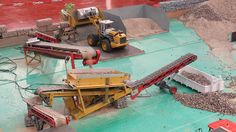 RC Screening Machine, Excavator and Wheel Loader RC Siebanlage - Lipper Modellbau Tage 2016 -----------------------------------------------------------------. Model Trains Ho Scale, Scale Models, Gravel Pit, Model Truck Kits, Industry Models, N Scale, Cardboard Crafts, Train Layouts, Radio Control