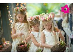 Guirnaldas de flores para los niños en el matrimonio