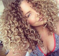 la coupe de cheveux bouclés - cheveux frisés