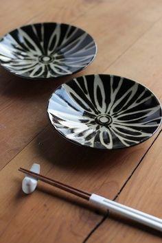 手描きの紋様が特徴 益子焼4寸皿(黒)×2枚組