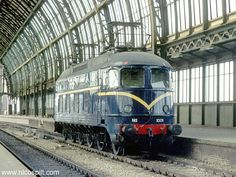 Amsterdam C.S. Loc serie 1000 at glass roofed station #locomotive #electric