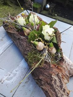 Spring piece: tree trunk with, among other things, roses and flower bulbs .- Voorjaarsstuk: boomstammetje met o. rozen en bloembolletjes Spring piece: tree trunk with, among other things, roses and … - Flower Decorations, Christmas Decorations, Diy Decoration, Driftwood Planters, Deco Floral, Funeral Flowers, Bulb Flowers, Easter Wreaths, Felt Christmas