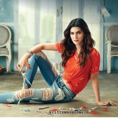photo poses for girl in jeans top Stylish Photo Pose, Stylish Girl Pic, Stylish Boys, Photo Poses For Boy, Girl Poses, Bollywood Stars, Bollywood Fashion, Bollywood Photos, Bollywood Celebrities