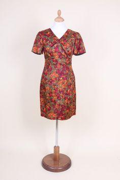 df36d1e2611669 Vrolijke jaren 60 jurk met prachtige gebloemde stof. De jurk heeft een hoog  gesloten (