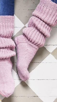 Inspiring recommendations that we take great delight in! Cable Knit Socks, Woolen Socks, Knitting Socks, Hand Knitting, Lace Knitting Patterns, Knitting Stitches, Frilly Socks, Cozy Socks, Leggings